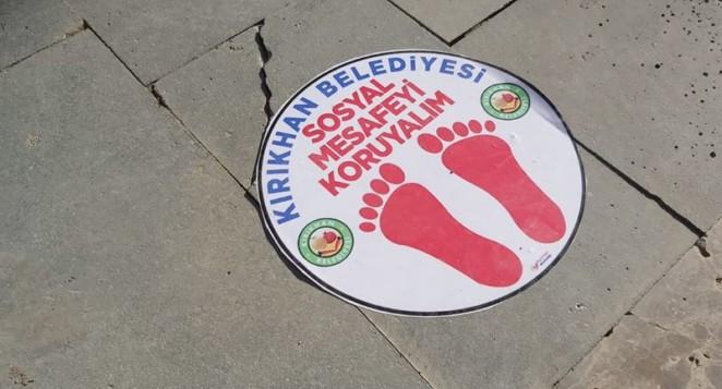 Başkan Yavuz Kırıkhan'a uyarı afişleri ve dezenfektan cihazları taktırdı